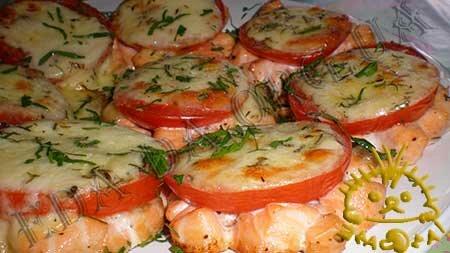 Биточки из лосося с помидорами и моцареллой, запеченные в духовке