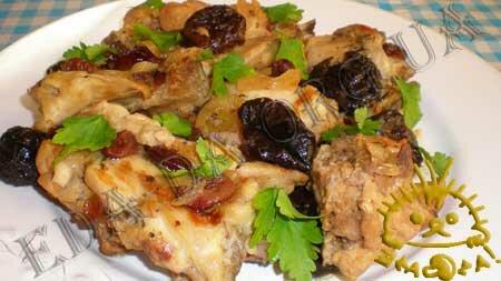 Кулинарные рецепты блюд с фото - Кролик, тушенный с черносливом и сушеной клюквой. Нажать для увеличения.