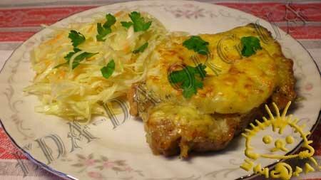 Мясо с ананасом под майонезно-сырной корочкой