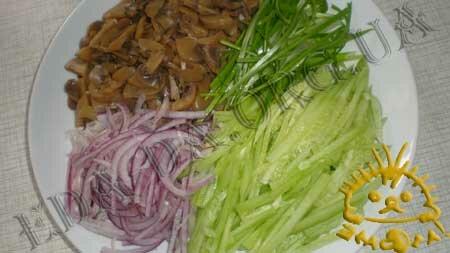 Кулинарные рецепты блюд с фото - Салат с морской капустой, огурцами и грибами, пошаговое фото 1