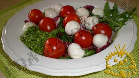 Кулинарные рецепты блюд с фото - Салат с сыром моцарелла, помидорами черри, соусом Песто. Нажать для увеличения.