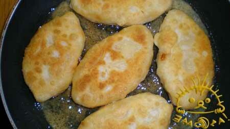 Разогреваем растительное масло в сковородке и жарим пирожки с двух сторон до готовности