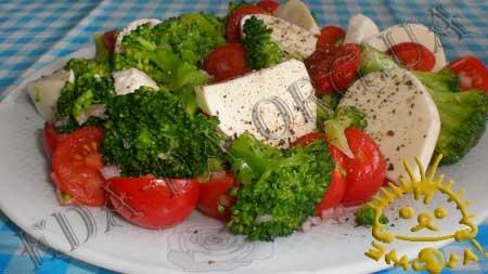 Кулинарные рецепты блюд с фото - Салат с капустой брокколи и сыром моцарелла. Нажать для увеличения.