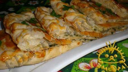 Кулинарные рецепты с фото - Пирог из слоеного теста с сыром и зеленью. Нажать для увеличения.