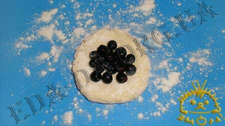 Кулинарные рецепты блюд с фото - Сырники с черникой, пошаговое фото 7