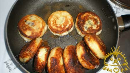 Кулинарные рецепты блюд с фото - Сырники с черникой, пошаговое фото 13