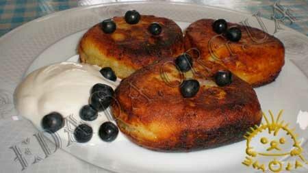 Кулинарные рецепты блюд с фото - Сырники с черникой. Нажать для увеличения.