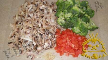Кулинарные рецепты блюд с фото - Брокколи с грибами и томатами, пошаговое фото 1.