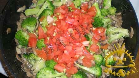 Кулинарные рецепты блюд с фото - Брокколи с грибами и томатами, пошаговое фото 6.