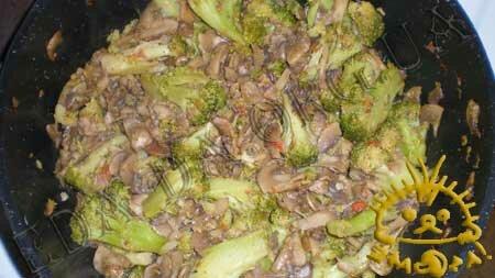 Кулинарные рецепты блюд с фото - Брокколи с грибами и томатами, пошаговое фото 7.