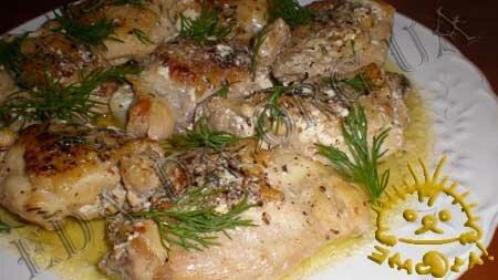 Кулинарный фото рецепт блюда - Куриные бедрышки, тушенные в вине и соке, со сливками. Нажать для увеличения.