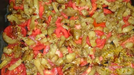 На помидоры выкладываем половину обжаренных баклажанов