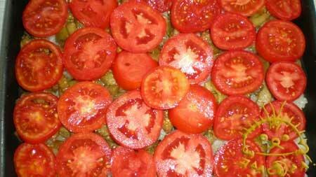 Остальные баклажаны кладем на рис и покрываем кружочками помидоров