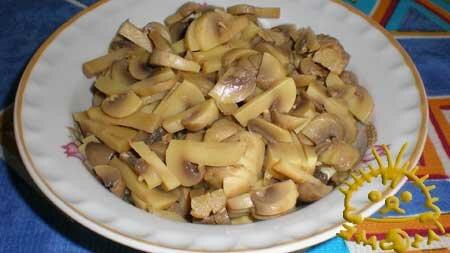 Консервированные грибы нарезаем тонкими пластинками.