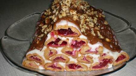 Пирог можно залить растопленным шоколадом (шоколад растапливают на водяной бане) и посыпать орехами.