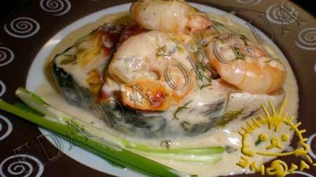 Семга, запеченная под белым соусом с креветками