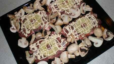При желании можно запечь шампиньоны одновременно с мясом.