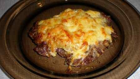 На мясо на крупной тёрке натираем сыр. Ставим в духовку (желательно под гриль) на 5-10 минут.